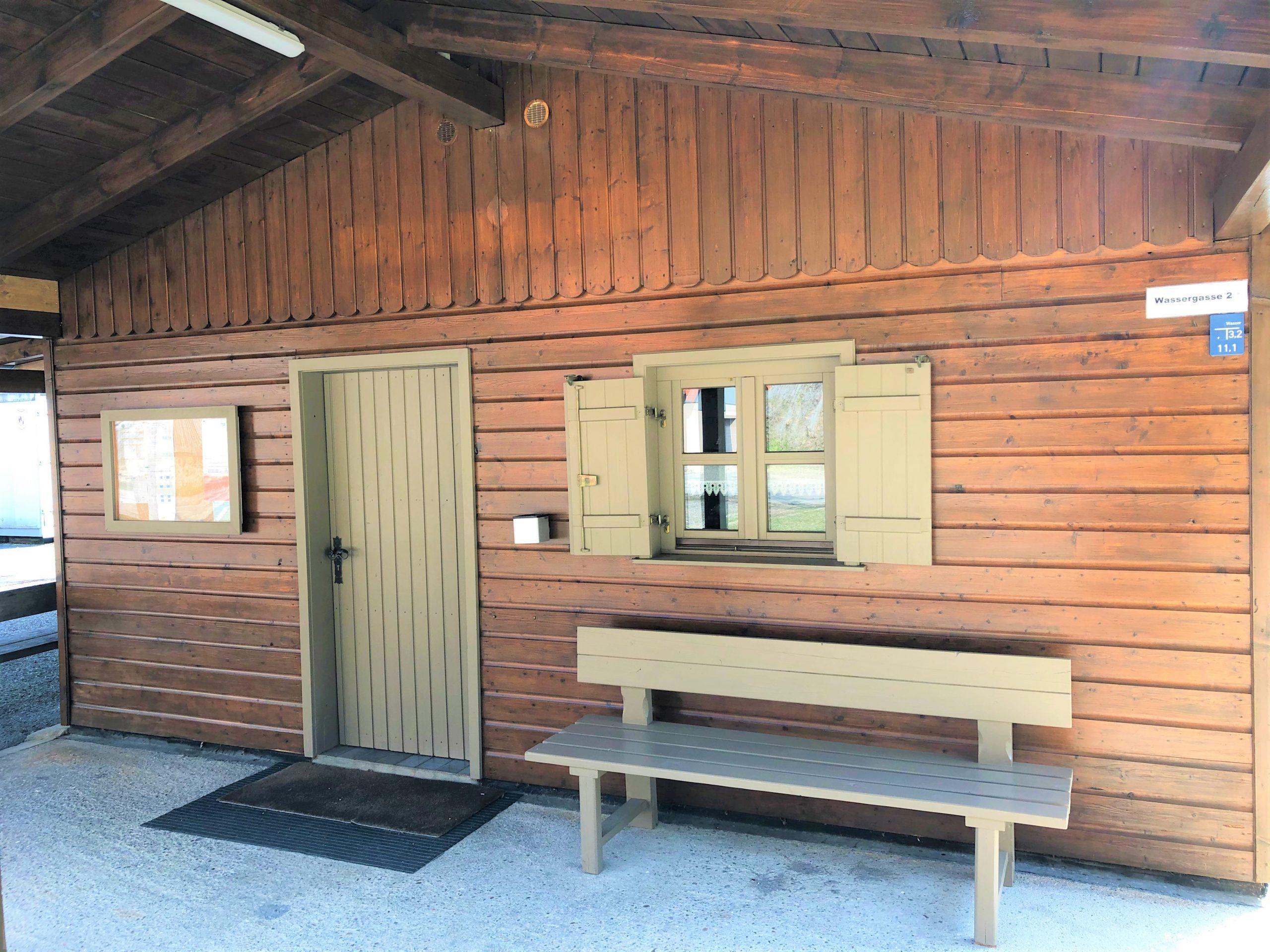 Hütte mit erneuertem Anstrich